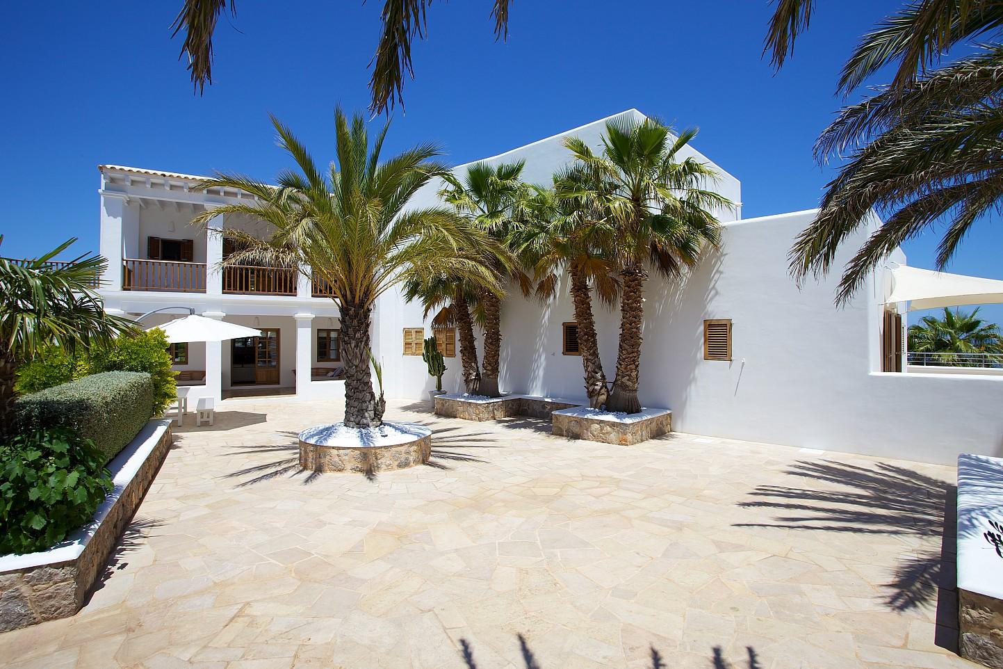 Gran terrassa solejada amb palmeres