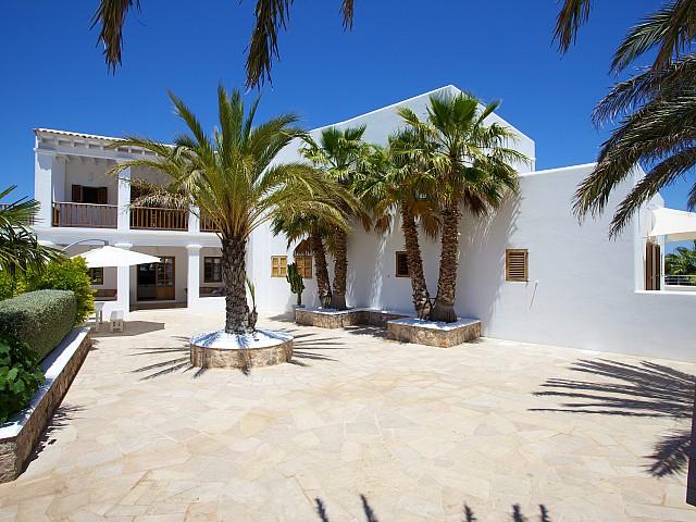 Gran terraza soleada con palmeras