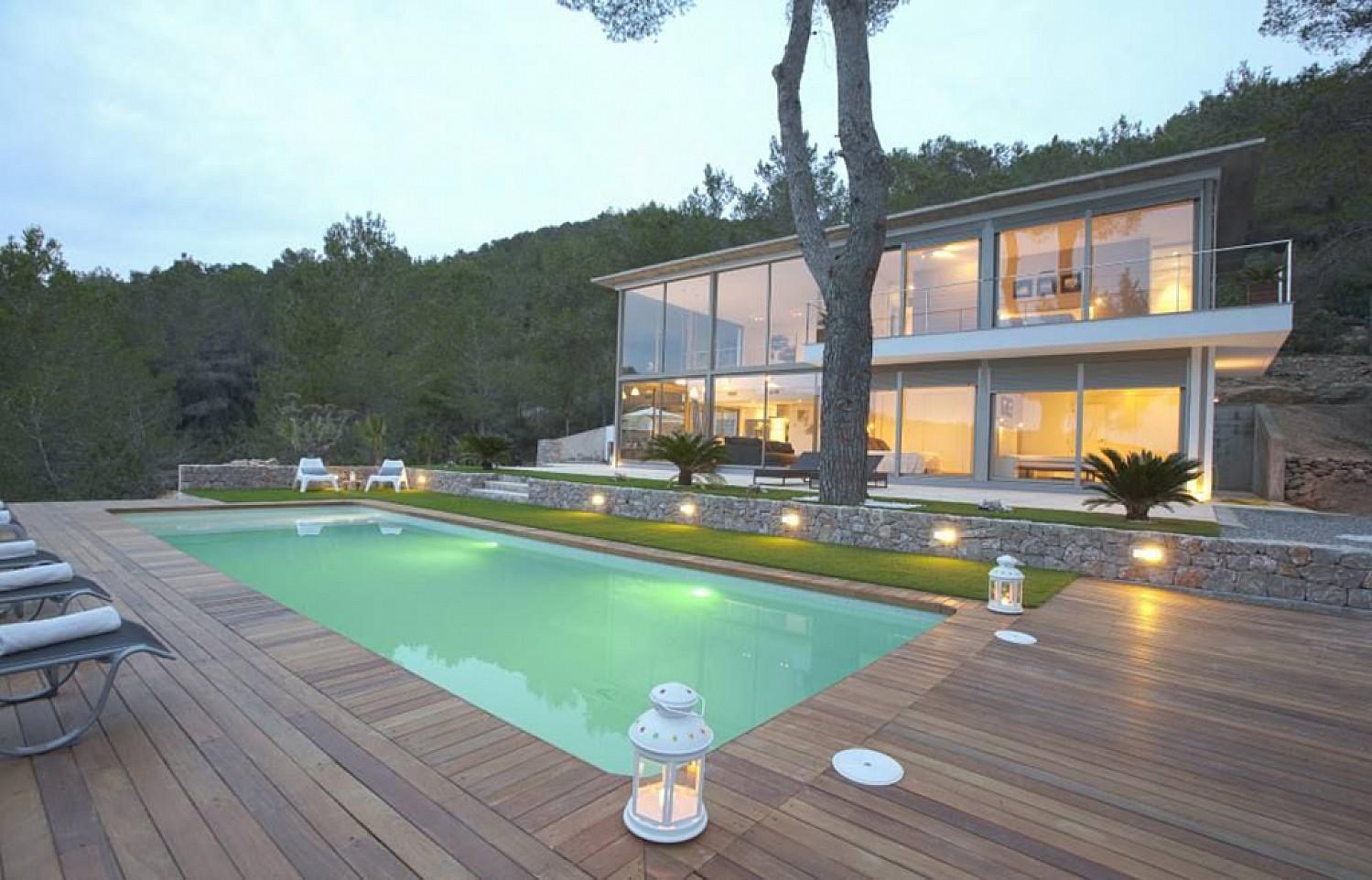 Роскошный бассейн виллы в аренду в Санта Жертрудис