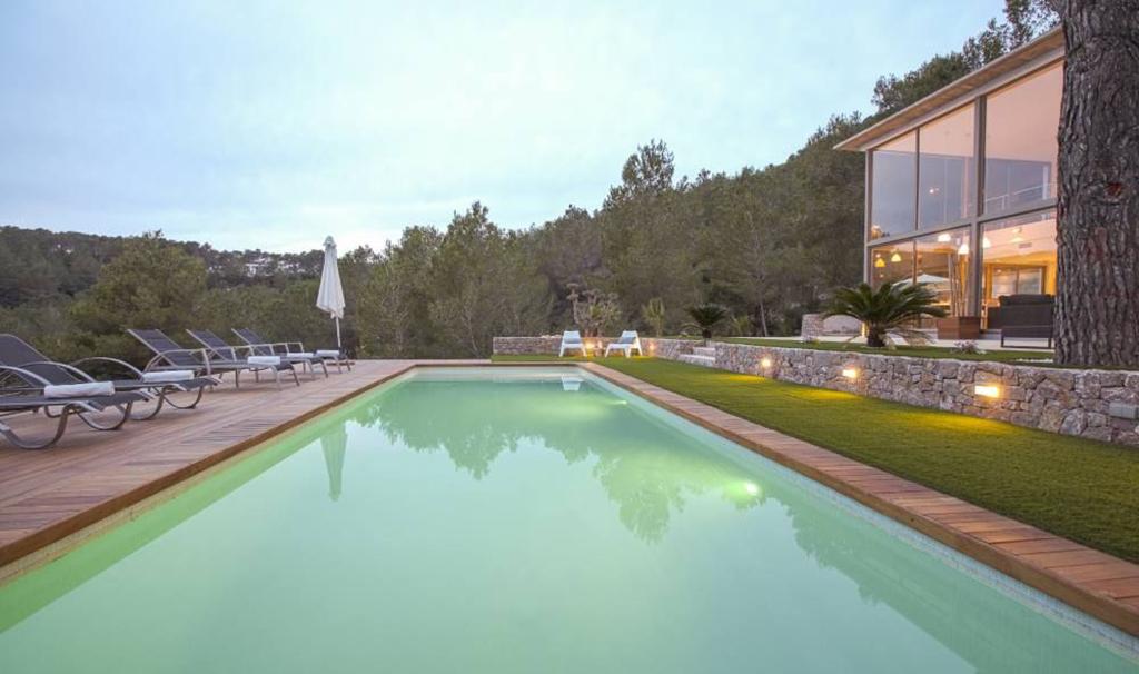 Gran piscina amb hamaques a la zona del jardí