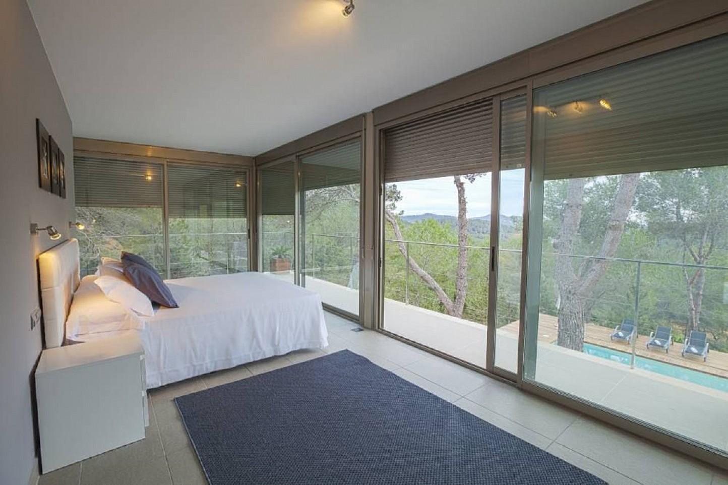 Gran dormitori amb finestrals