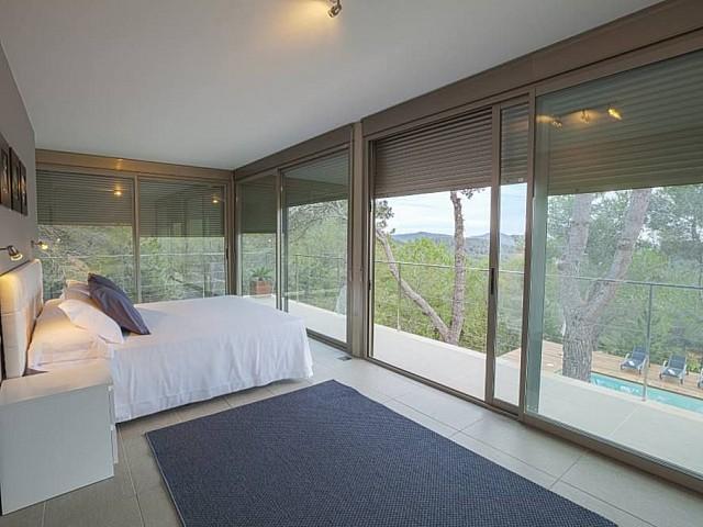 Gran dormitorio con ventanales
