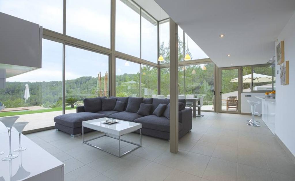 Salón amplio con grandes ventanales