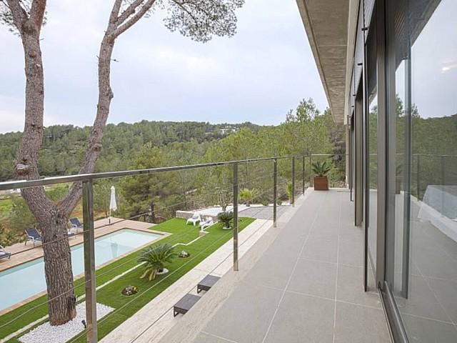 Terraza amplia con vistas al jardín