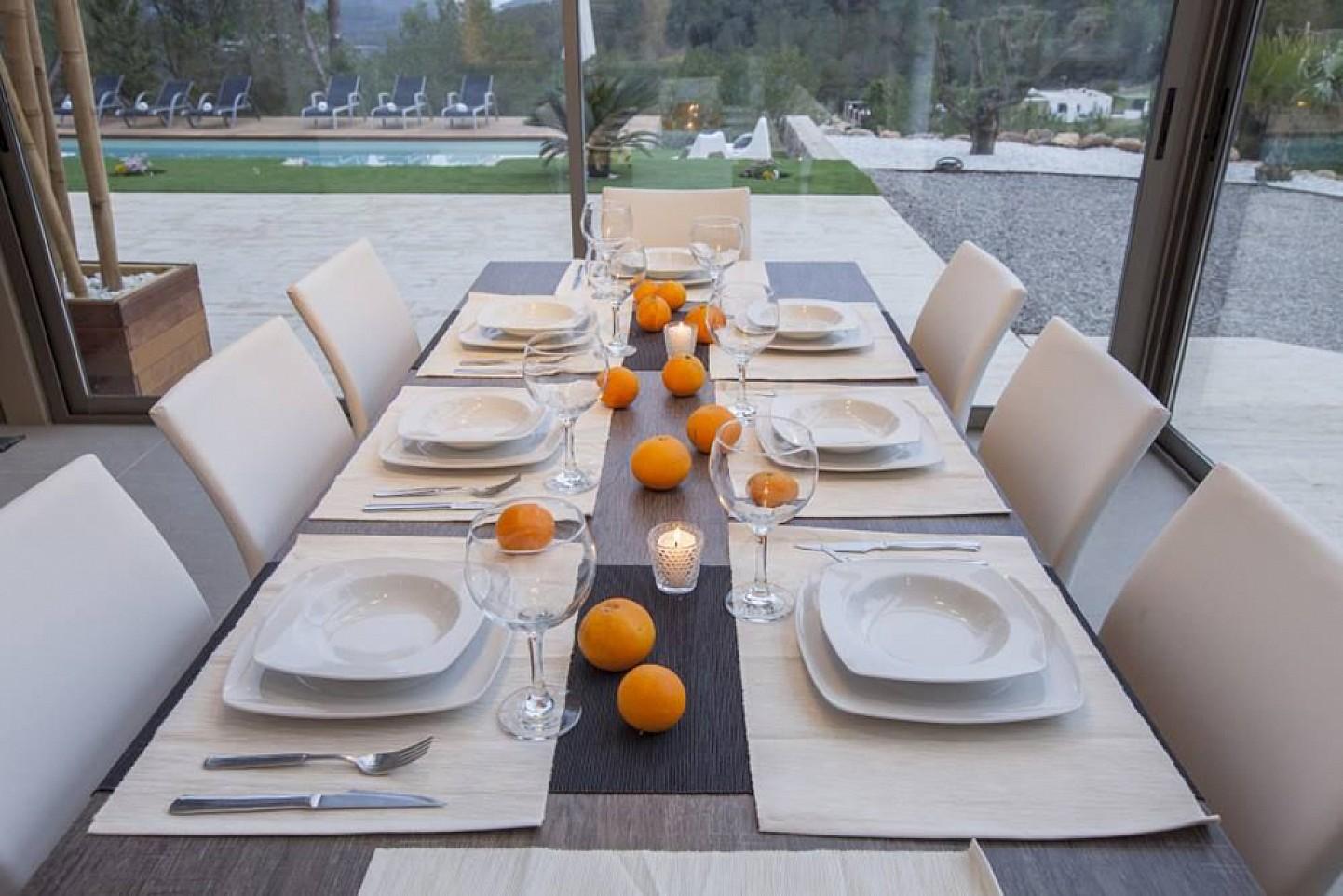 Comedor amplio con vistas al exterior