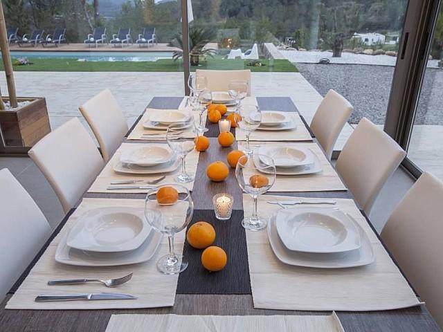 Menjador ampli amb vistes al jardí