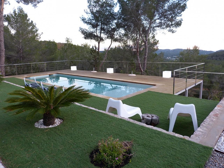 Vistas de la gran piscina en el jardín