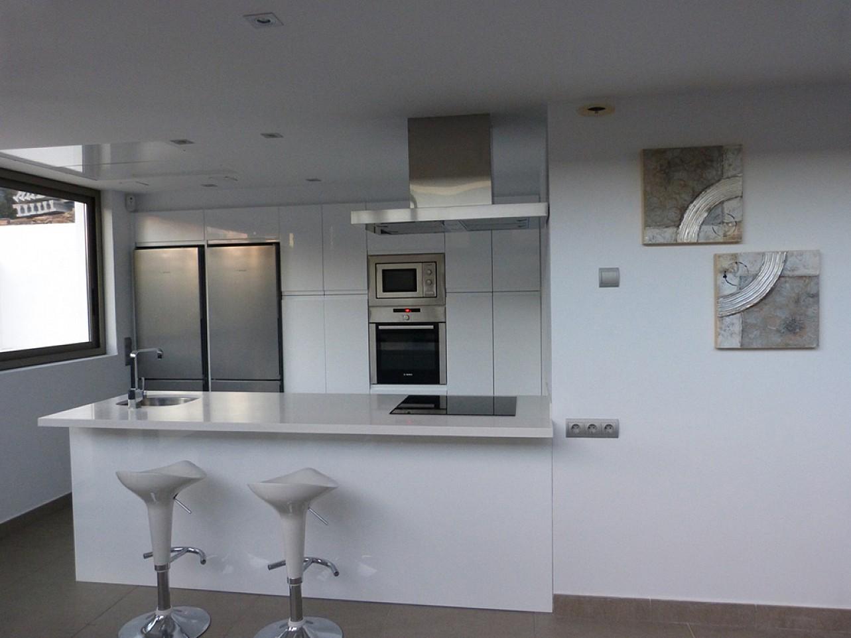 Современная кухня виллы в аренду в Санта Жертрудис
