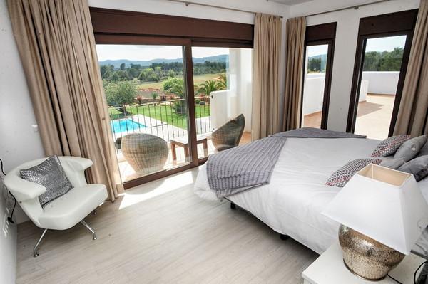 Dormitorio amplio conectado con la terraza