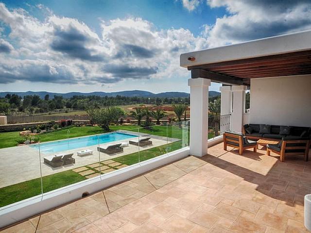 Vistas a la piscina desde la terraza superior