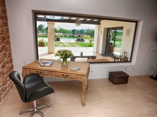 Zona de despatx amb vistes a l'exterior