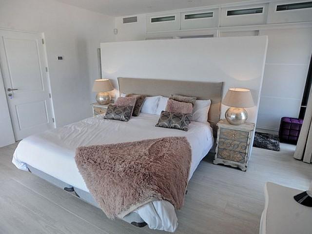 Dormitori ampli amb llit de matrimoni
