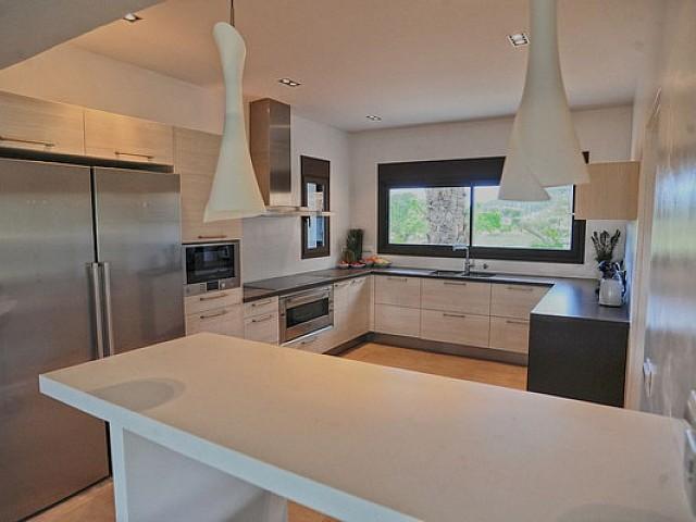 Оборудованная кухня виллы в аренду в Санта Жертрудис