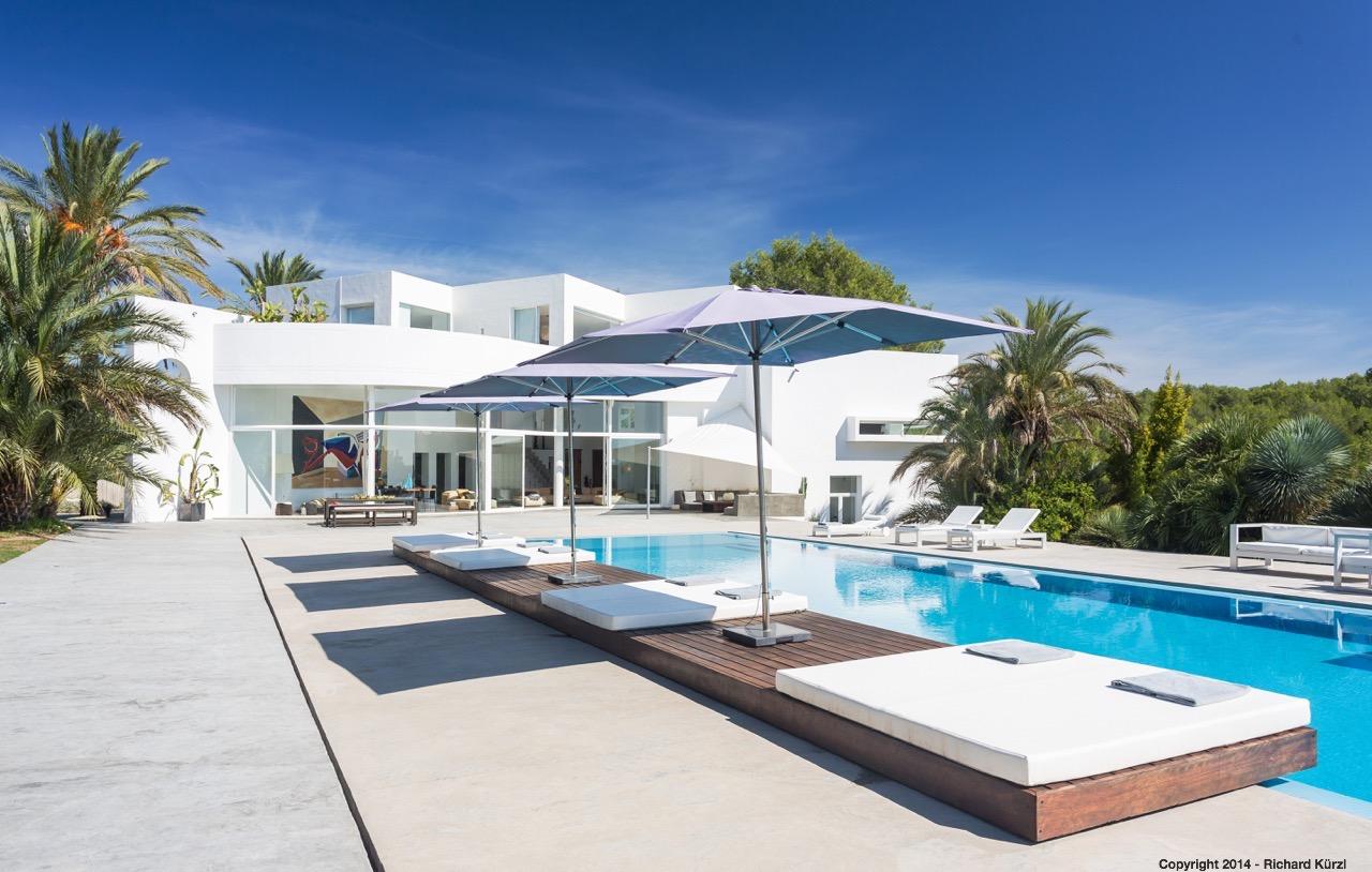 Vistas exteriores de la villa con la gran piscina