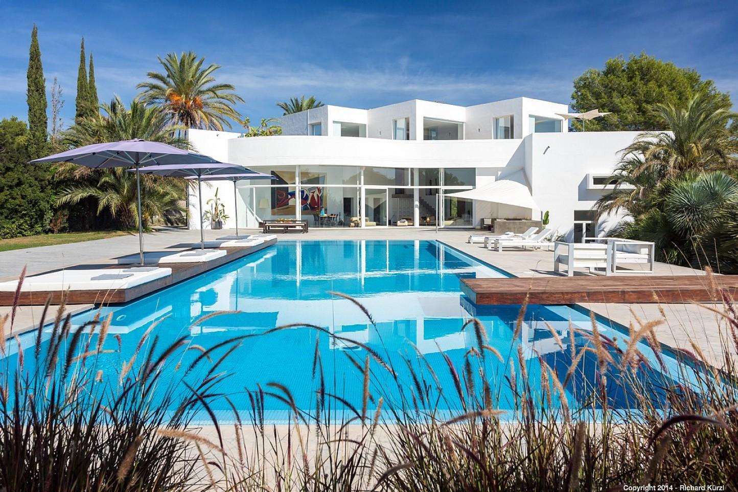 Estupenda piscina exterior en la parte delantera de la casa