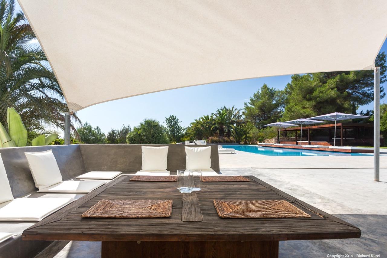 Zona de relaxament exterior al costat de la piscina