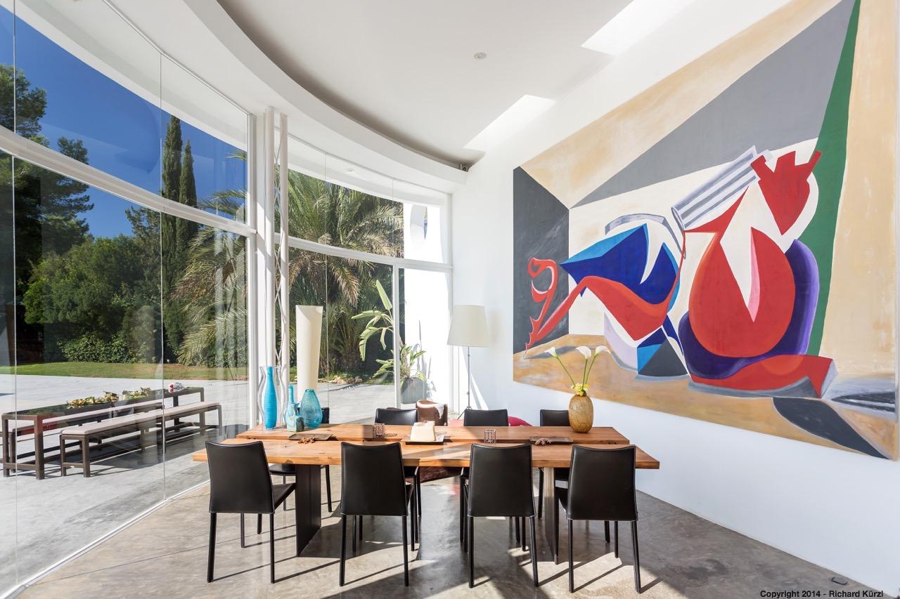 Menjador ampli amb bones vistes a l'exterior