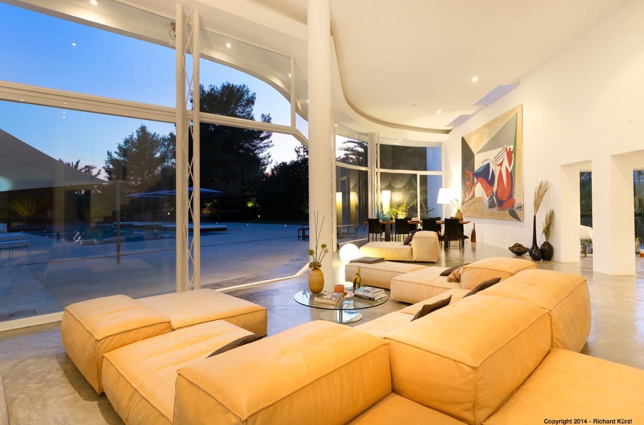 Vistas interiores del salón con buenas vistas al exterior