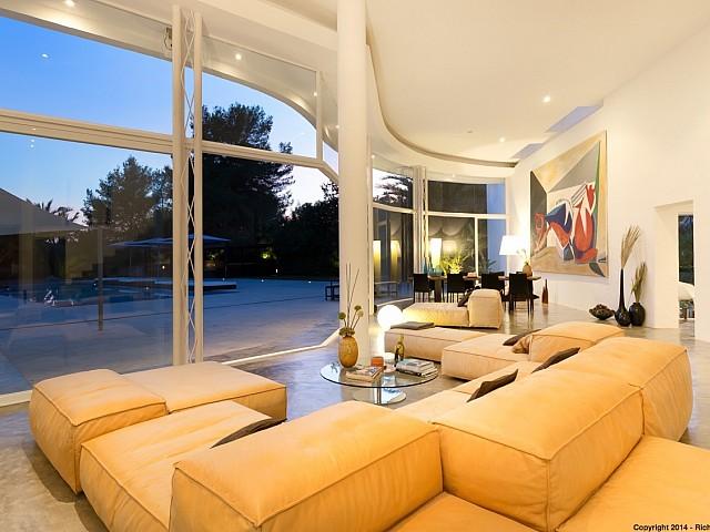Vistes interiors del saló amb bones vistes a l'exterior