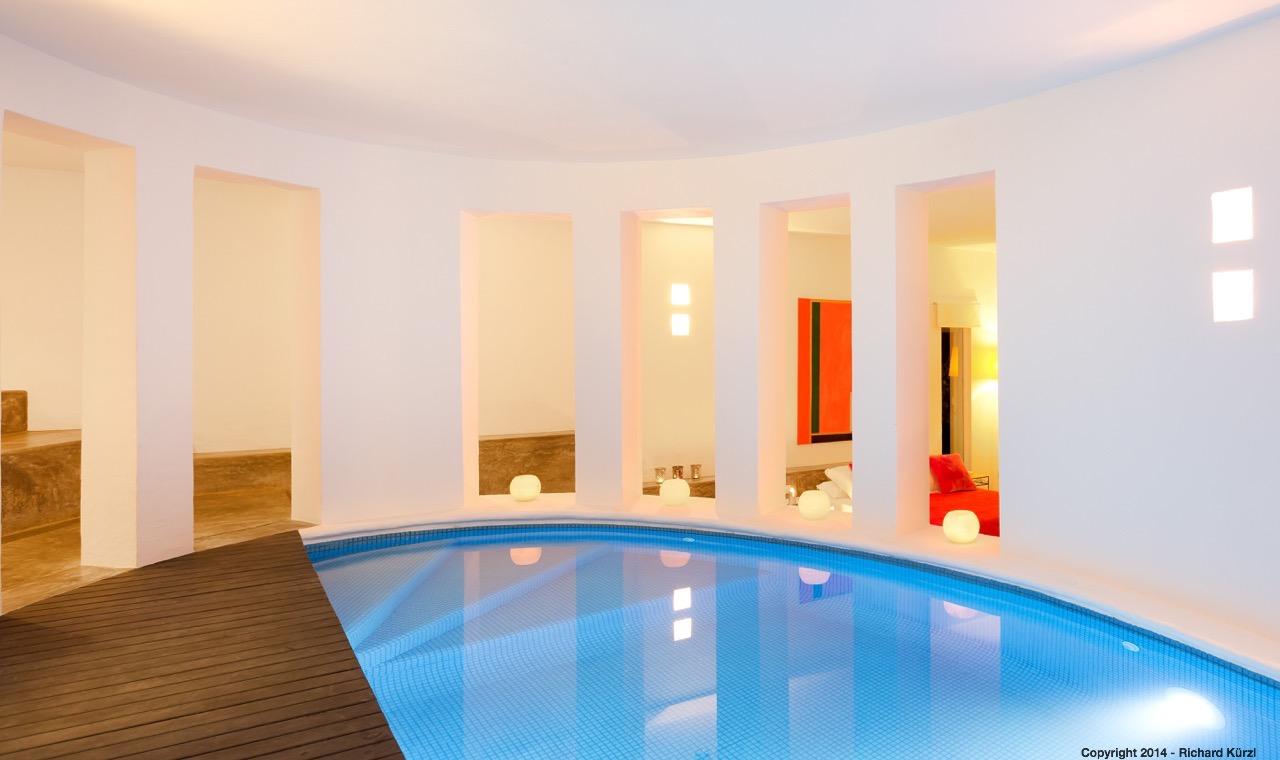 Magnífica piscina interior privada muy bien iluminada