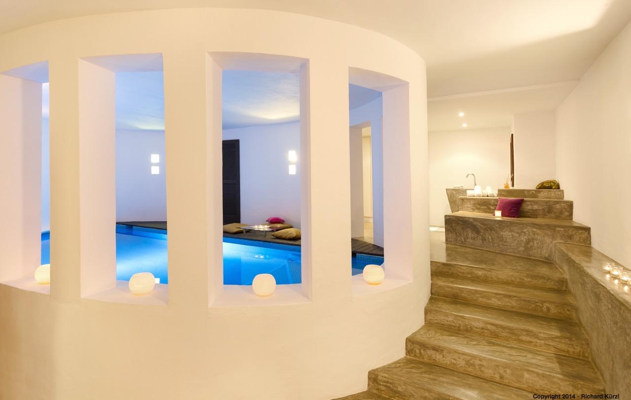 Vistes interiors amb la piscina privada