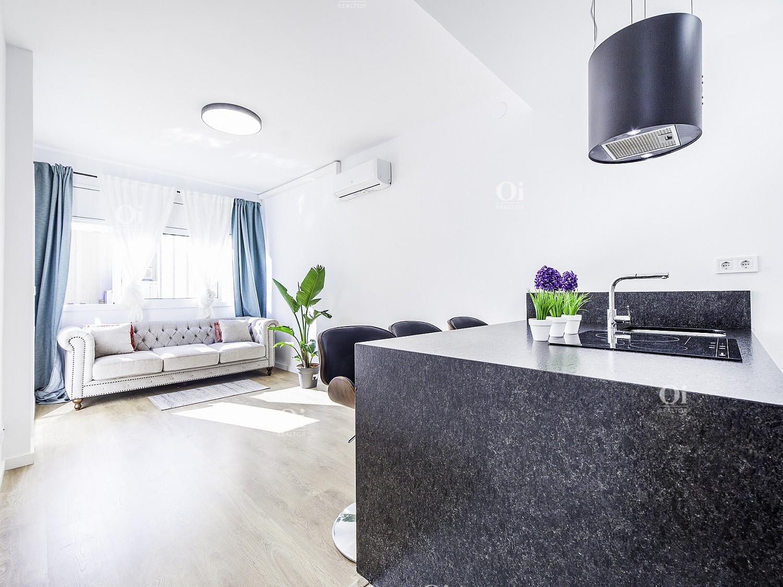 Красивая квартира на продажу полностью отремонтирована в Побле Сек, Барселона.