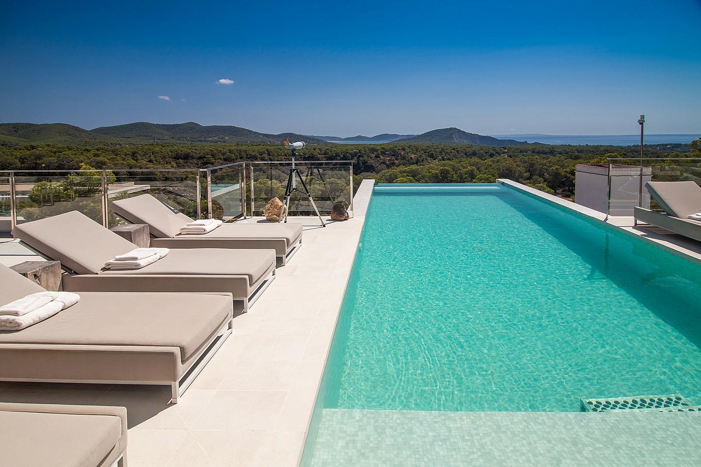 """Gran piscina """"infinity pool"""" amb hamaques"""