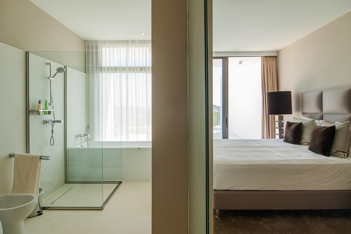 Dormitorio con baño completo