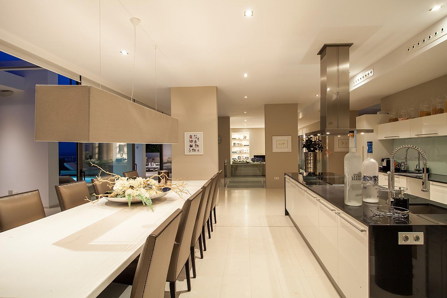 Cuina moderna amb un menjador ampli