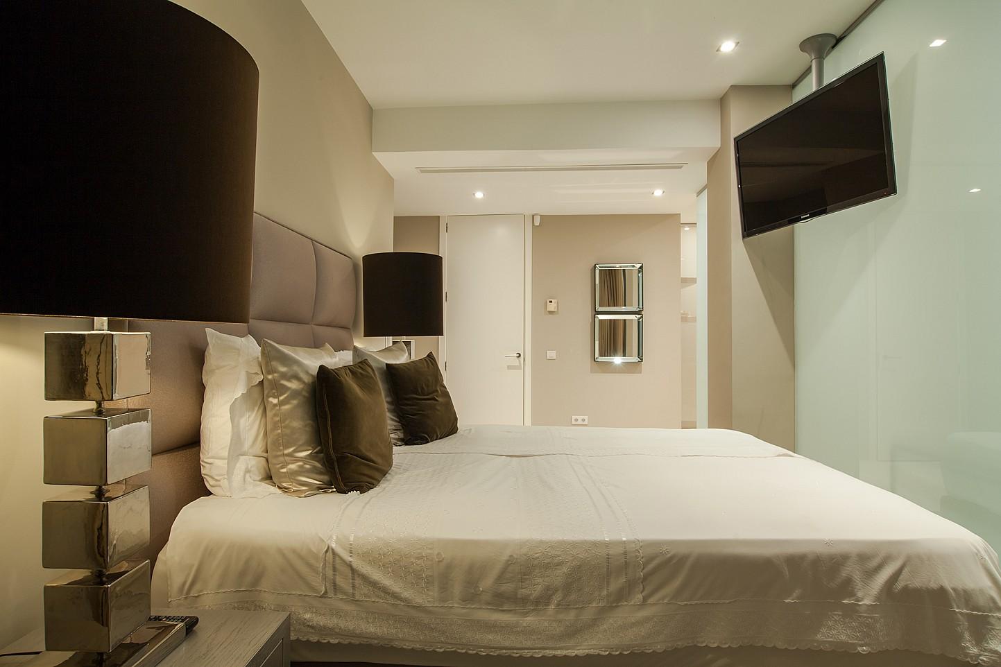 Dormitorio amplio con TV