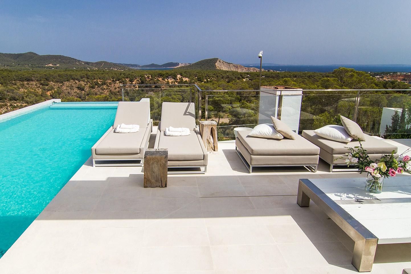 Terrassa solejada al costat de la piscina