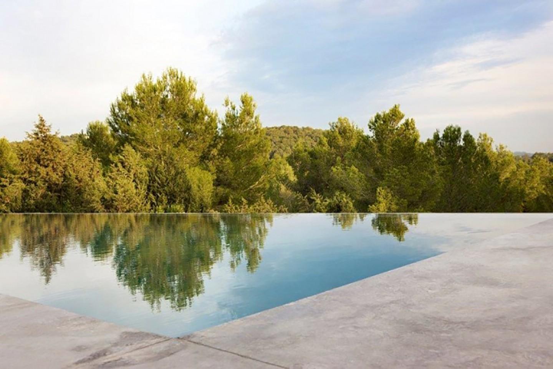 Magnífica piscina desbordant amb vistes al camp