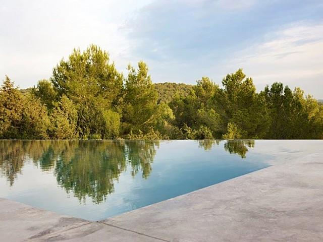 Magnífica piscina desbordante con vistas al campo