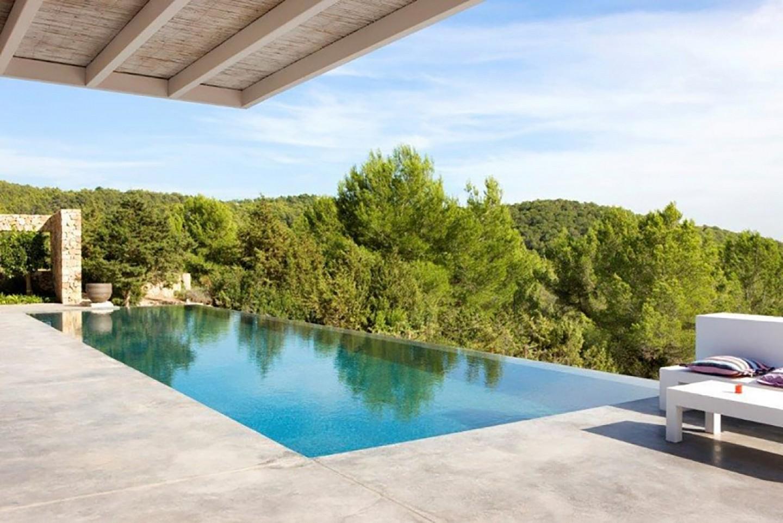 Gran piscina exterior
