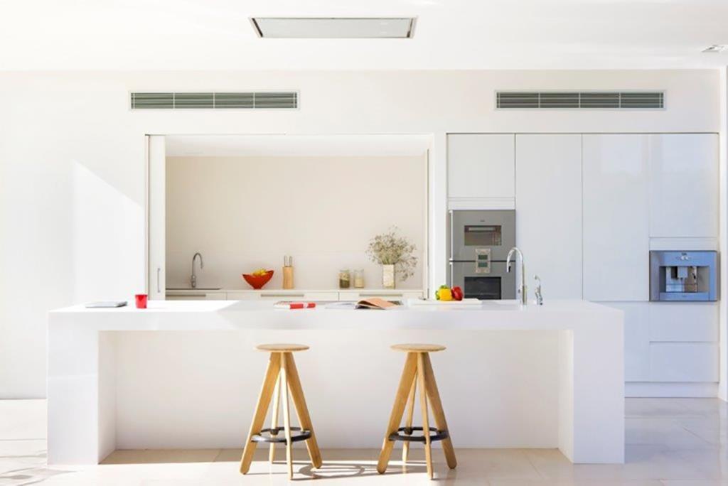 Современная кухня виллы в аренду в Сан Агнес