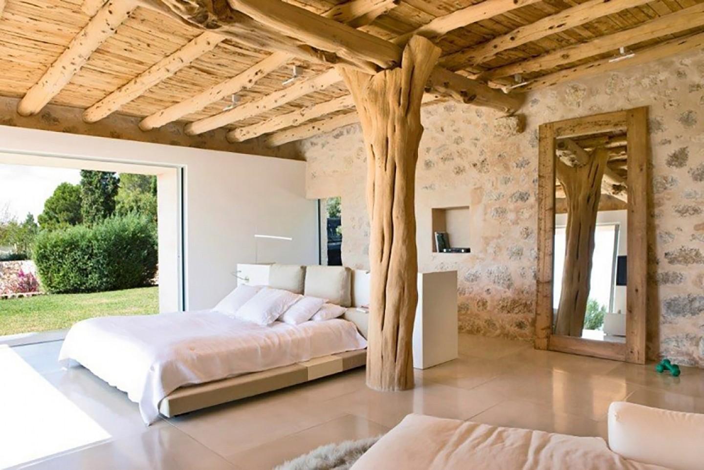 Dormitori ampli amb bany en suite i accés al jardí
