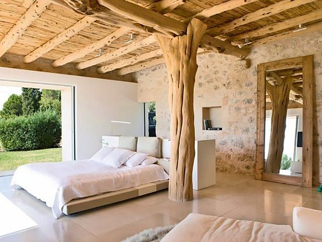 Dormitorio amplio con bño en suite y acceso al jardín