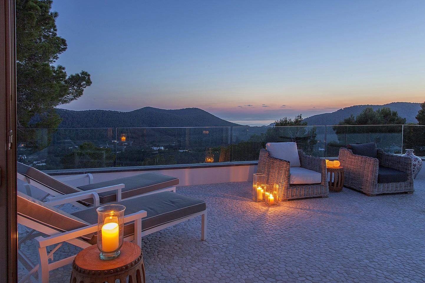Gran terraza bien iluminada