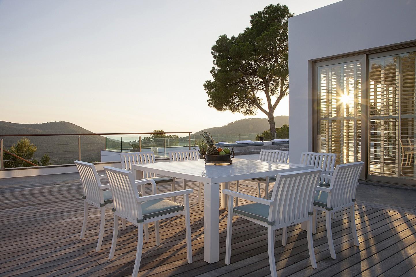 Gran terrassa amb menjador exterior