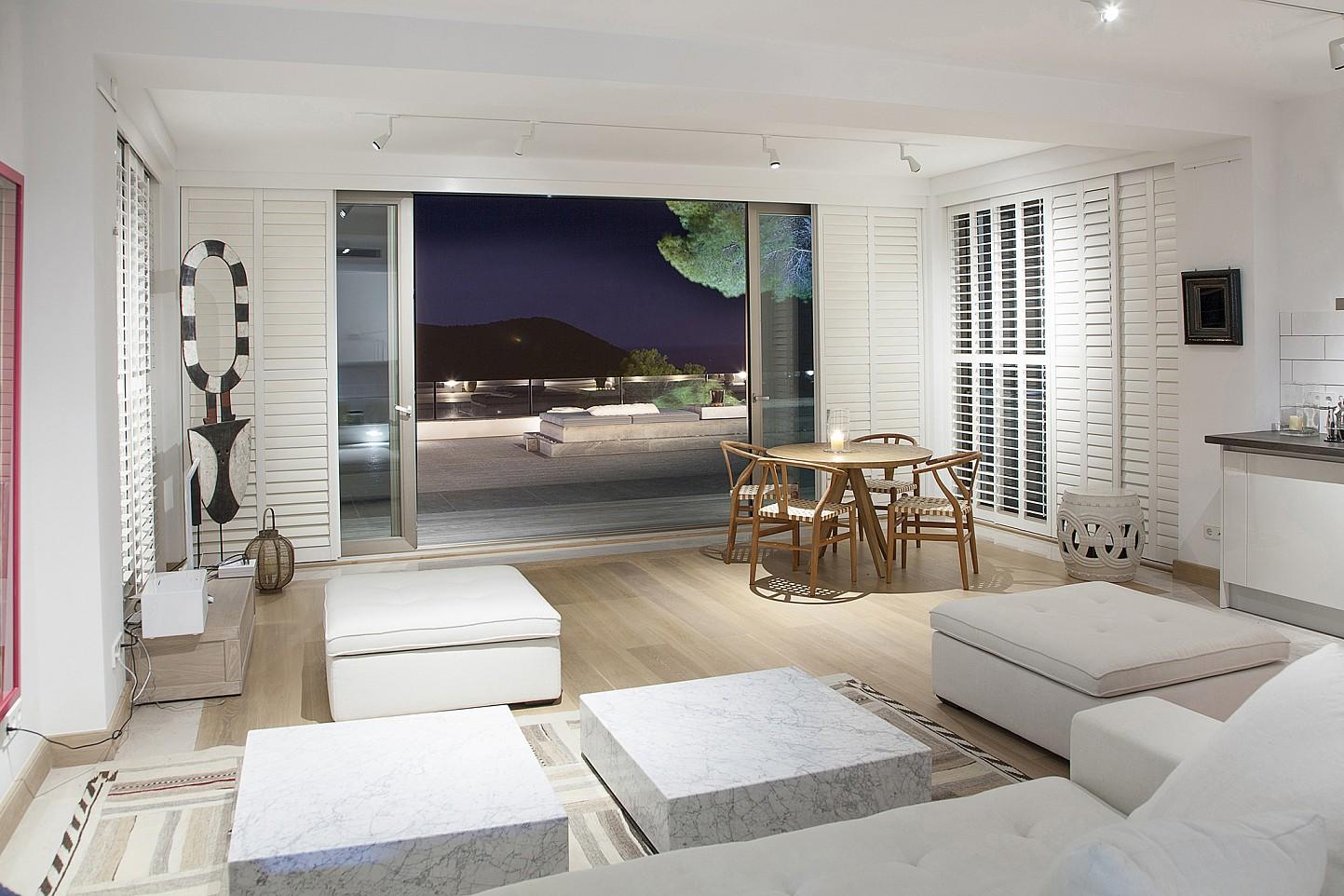 Accés a la terrassa des de la sala d'estar