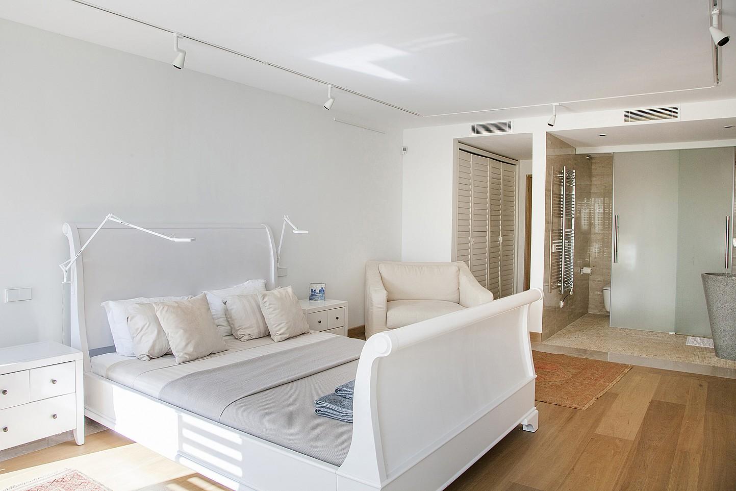Роскошная спальня виллы в аренду в Эс Ведра