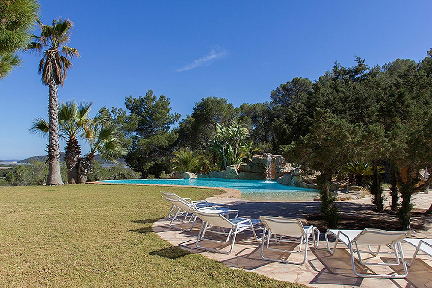 Magníficas vistas del jardín con la piscina