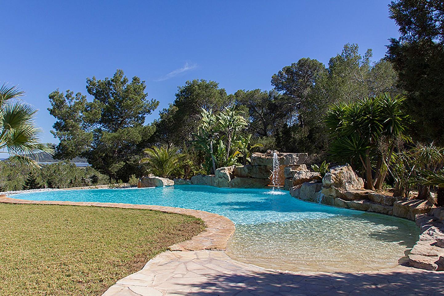 Gran piscina con hamacas
