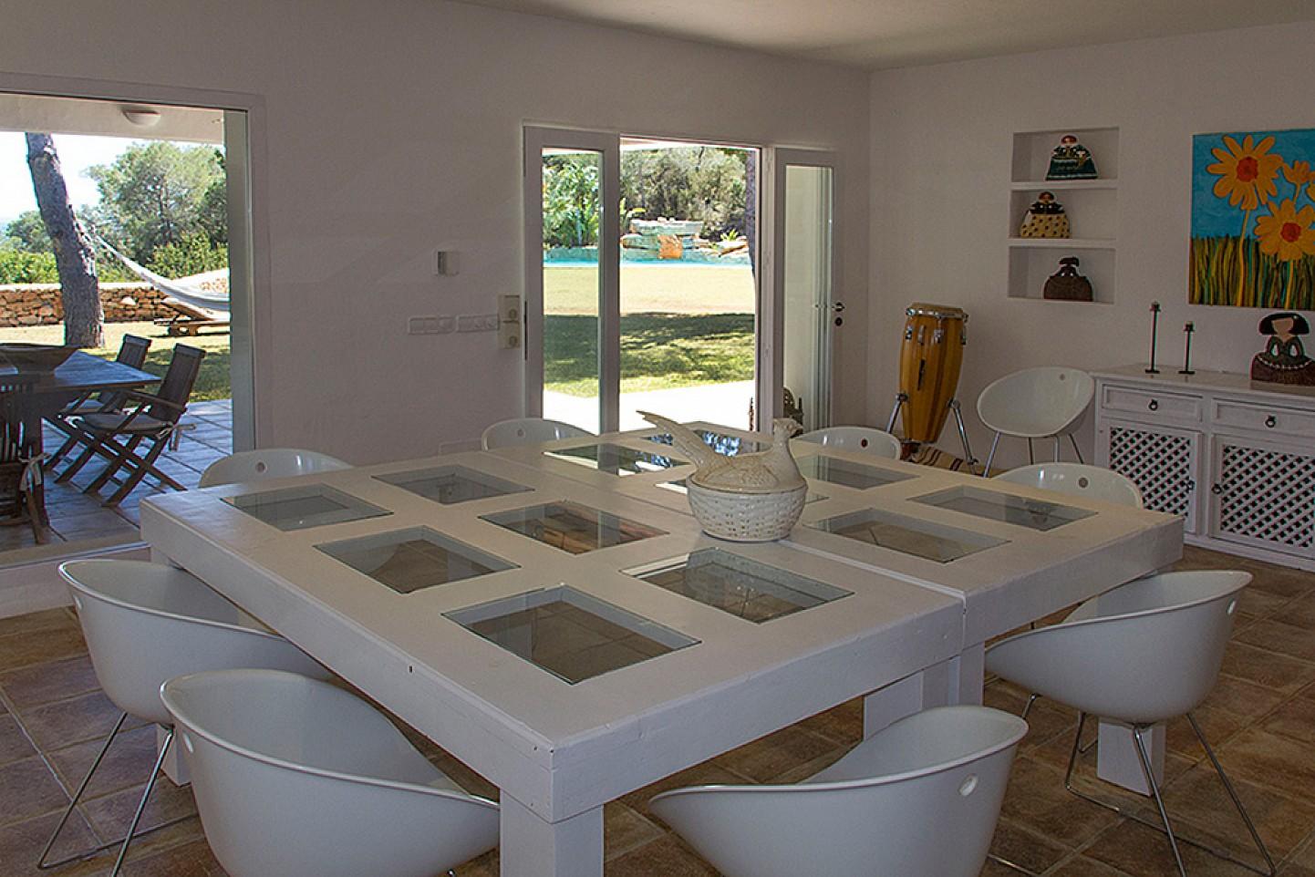 Vistes interiors del menjador amb accés al jardí