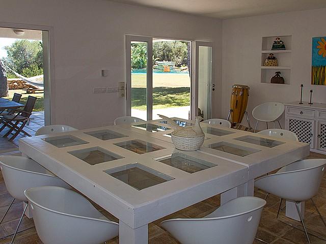Vistas interiores del comedor con salida al jardín