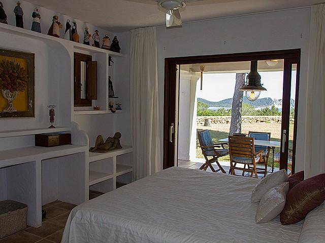 Dormitori 1 ampli amb accés a l'exterior