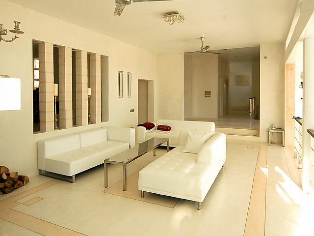 Vistas interiores con el salón bien iluminado