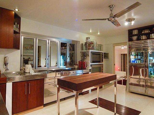 Gran cocina moderna completamente equipada