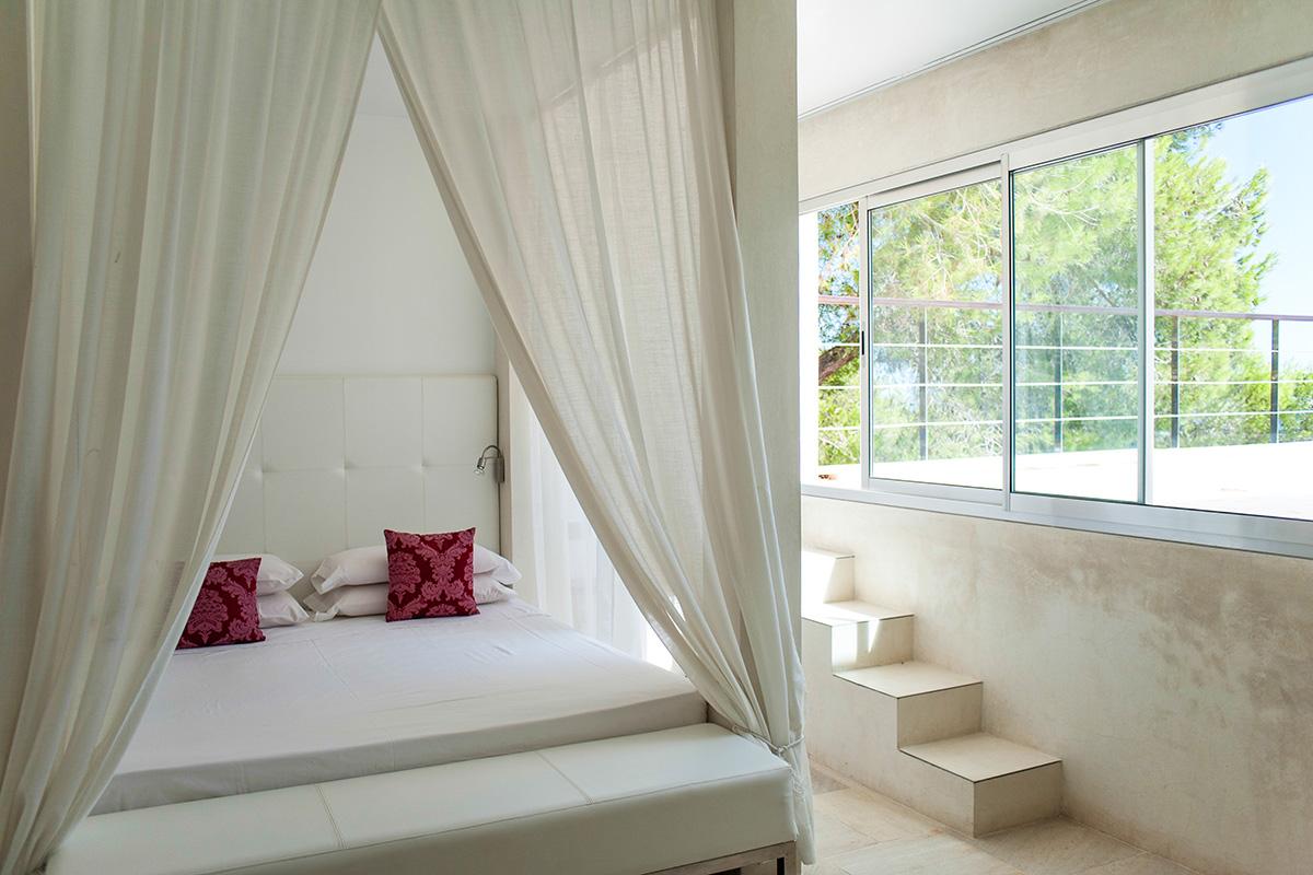 Dormitori amb llit de matrimoni i dosser
