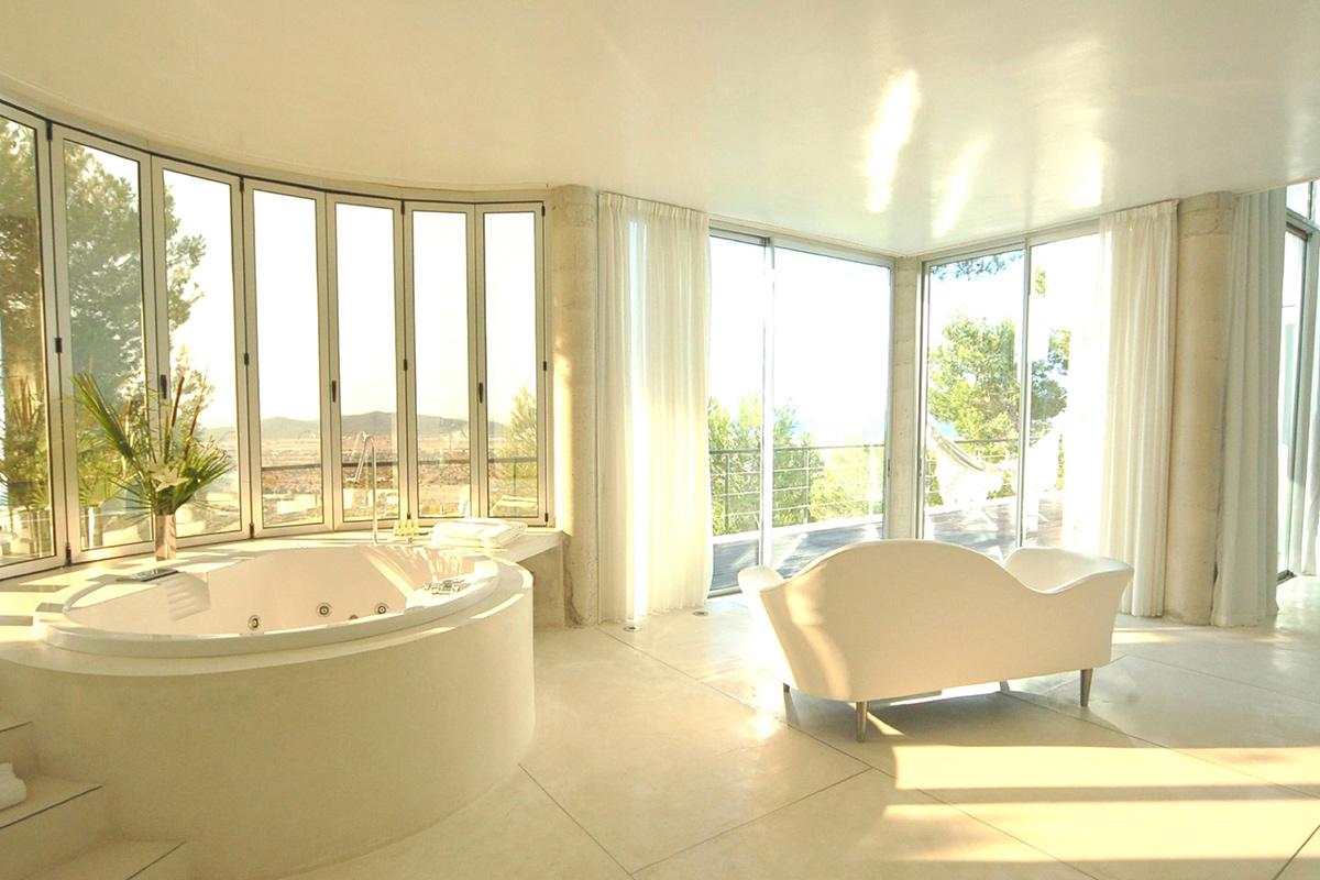 Fantàstic bany complet amb banyera i vistes a l'exterior